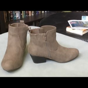 Sz 9 torrid tan faux suede ankle boots, never worn